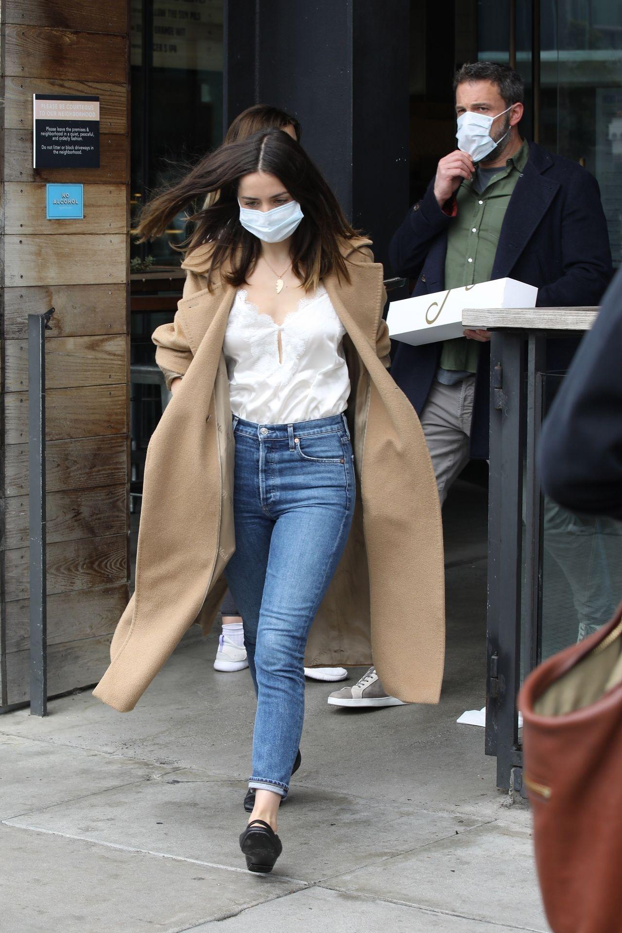 Ana de Armas i Ben Affleck w maseczkach wychodzą ze sklepu z pączkami