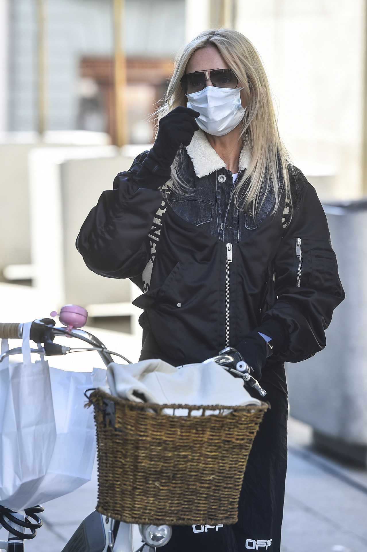 Agnieszka Woźniak-Starak poprawia maseczkę na twarzy.
