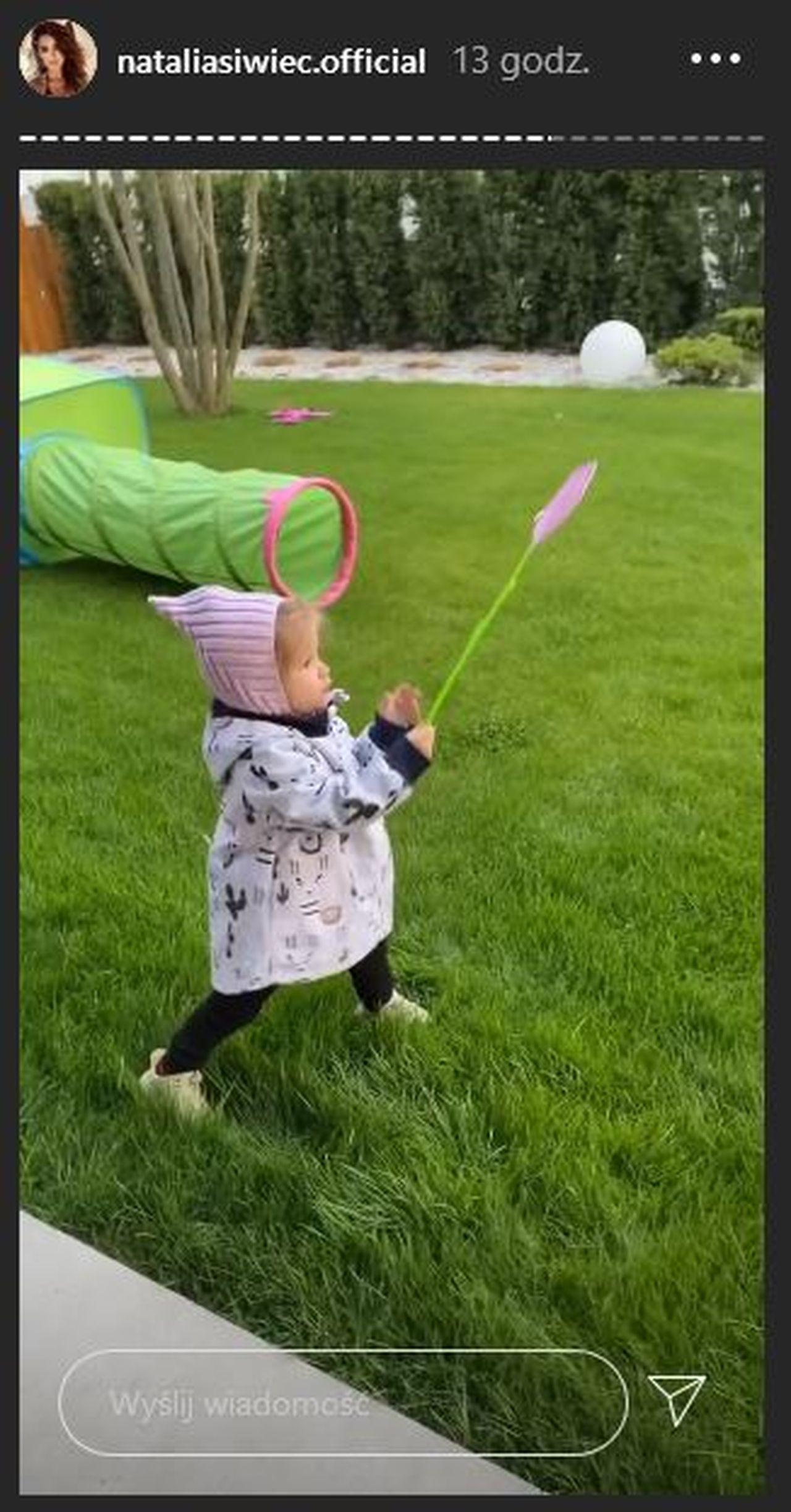 Córka Natalii Siwiec w ogrodzie