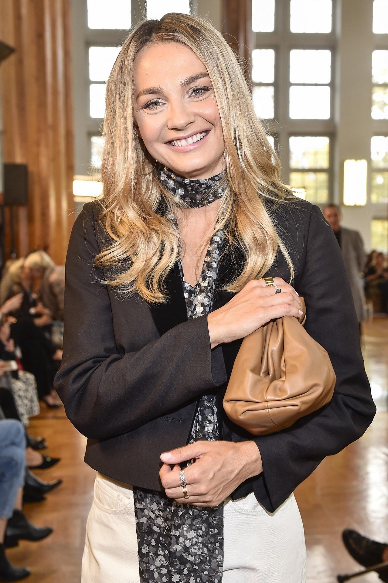 Promienna Małgorzata Socha uśmiecha się do fotoreporterów.