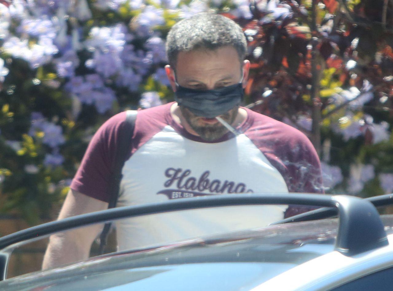 Ben Affleck pali papierosa w maseczce