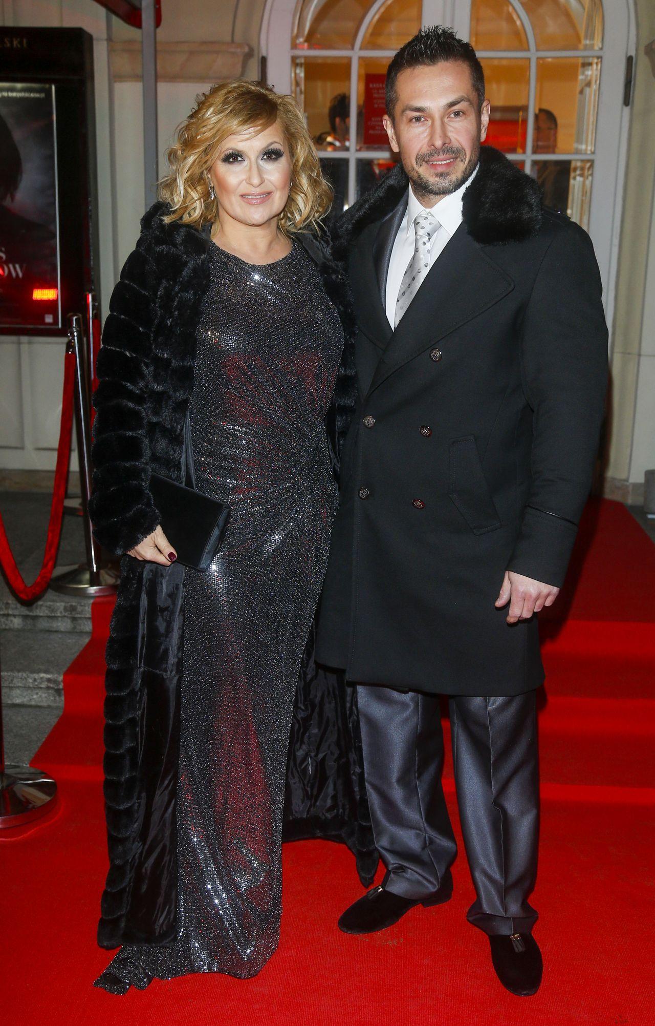 Elegancka Katarzyna Skrzynecka z mężem.