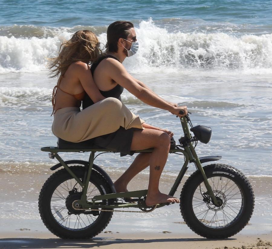 Scott Disick z Sofią Richie na motorze.