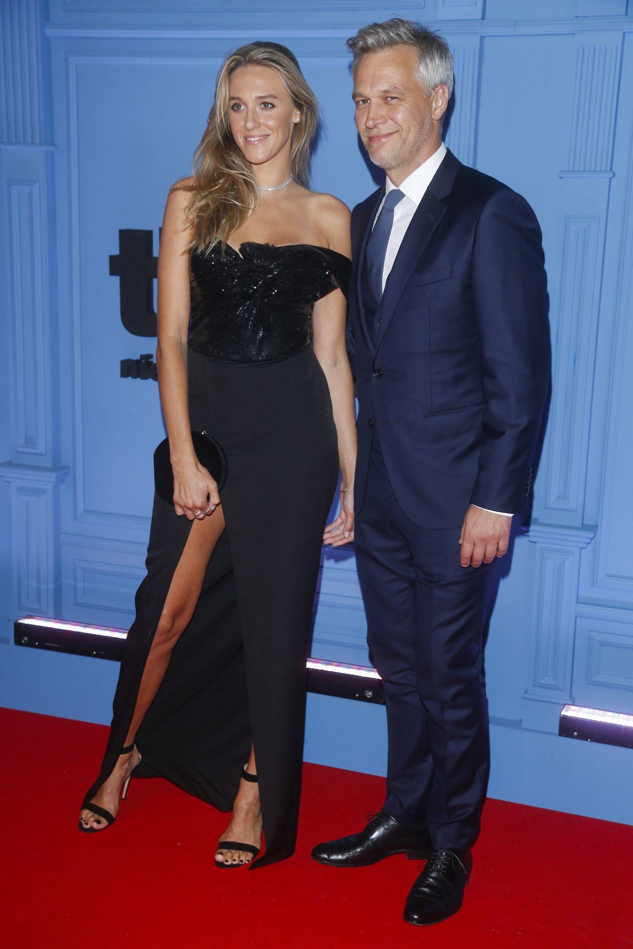 Elegancki Michał Żebrowski z żoną Aleksandra Żebrowska na czerwonym dywanie.