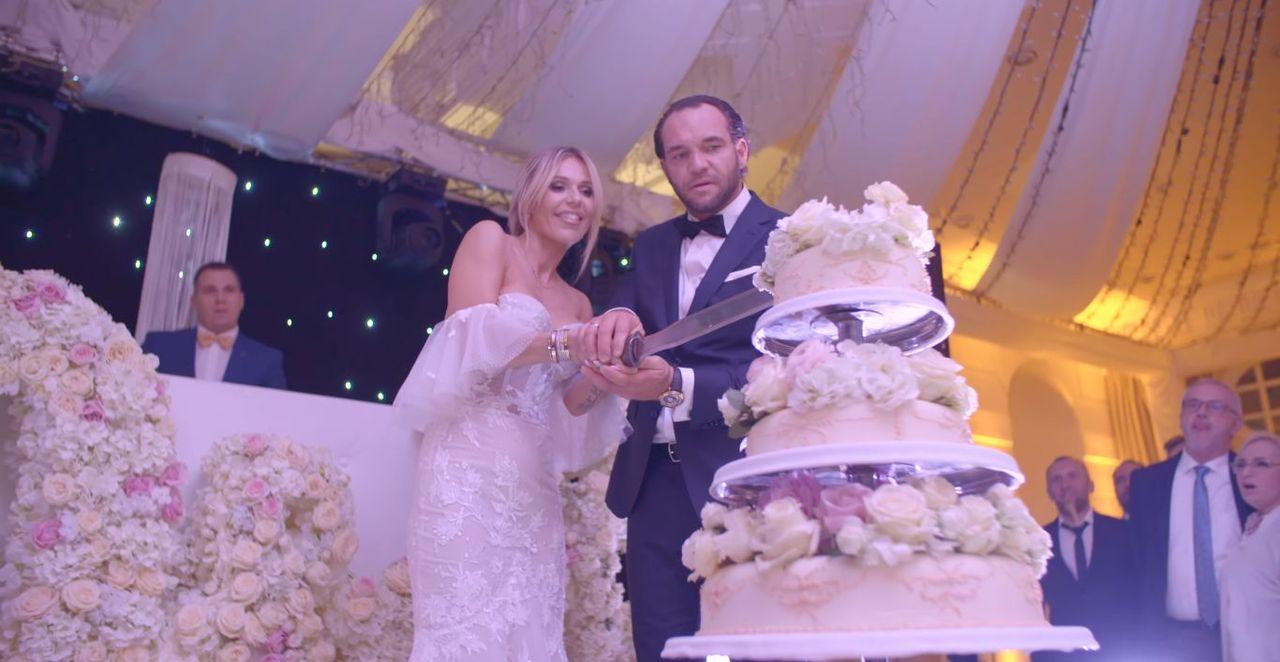 Doda i Emil Stępień kroją tort weselny
