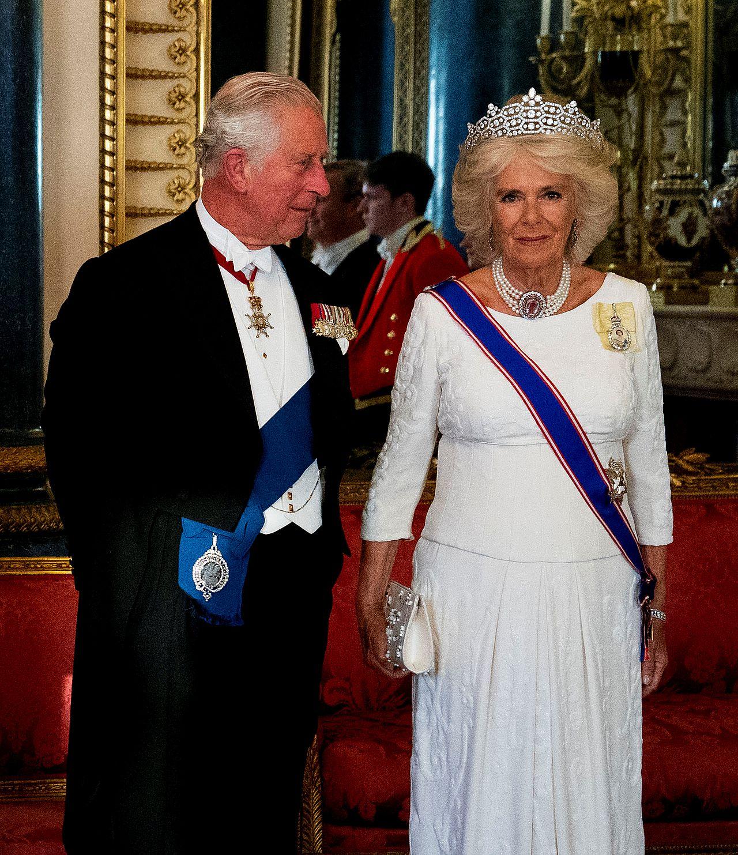 Książę Karol i Księżna Camilla podczas oficjalnego wystąpienia.