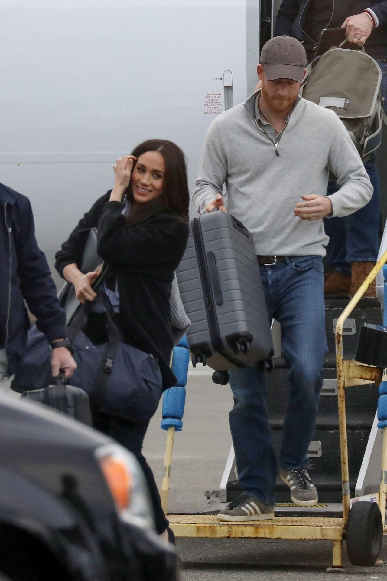 Meghan Markle i książę Harry na lotnisku