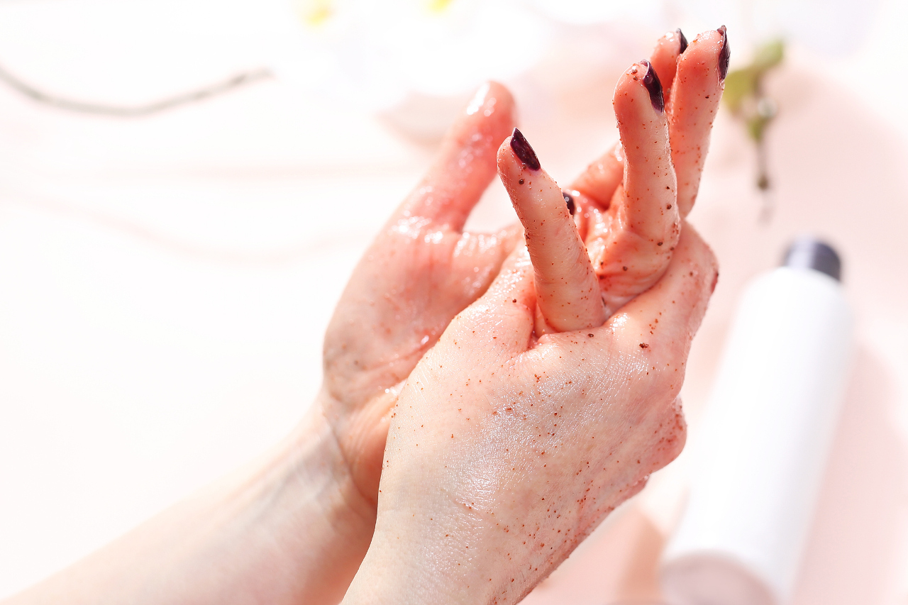 Domowy peeling do rąk, który przygotuje dłonie do dalszych epatów pielęgnacji.