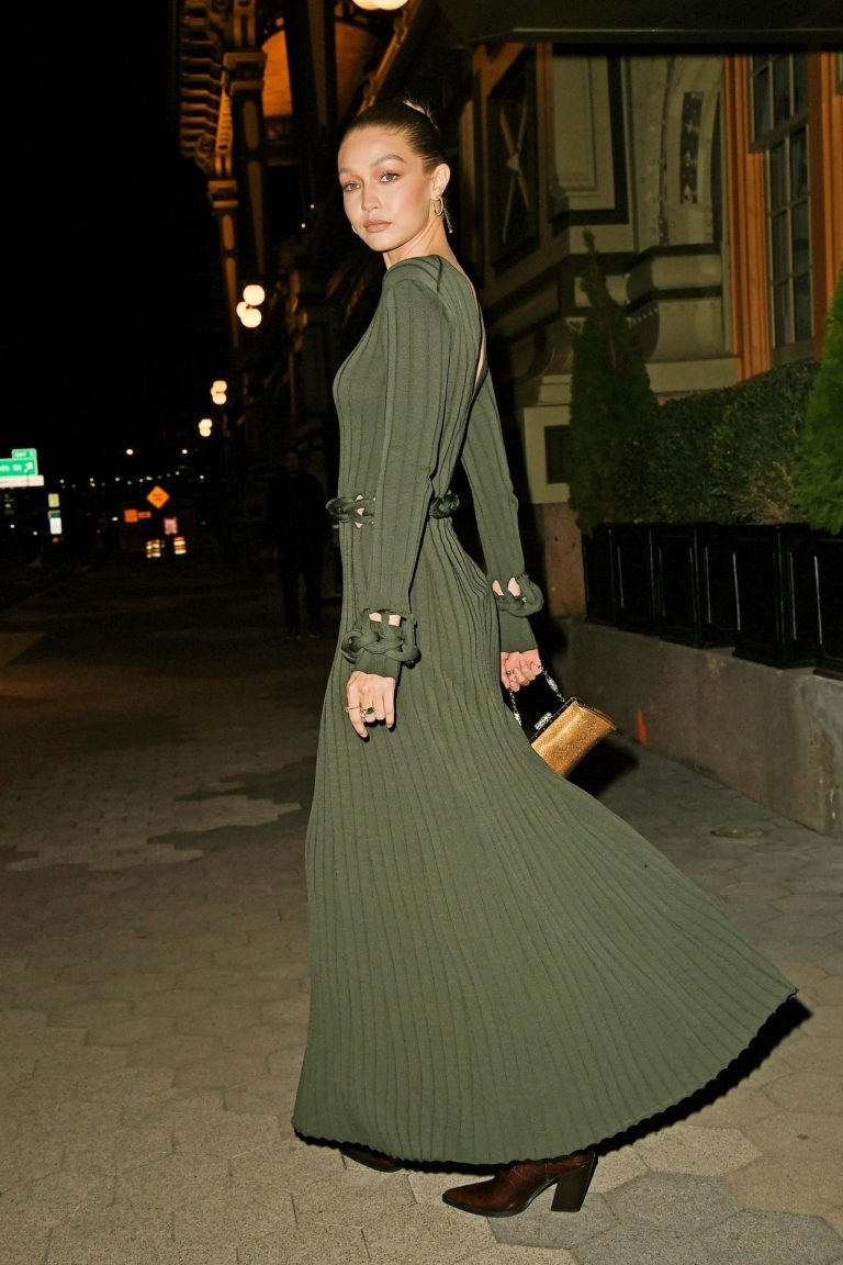 Gigi Hadid w oliwkowej maxi sukience.