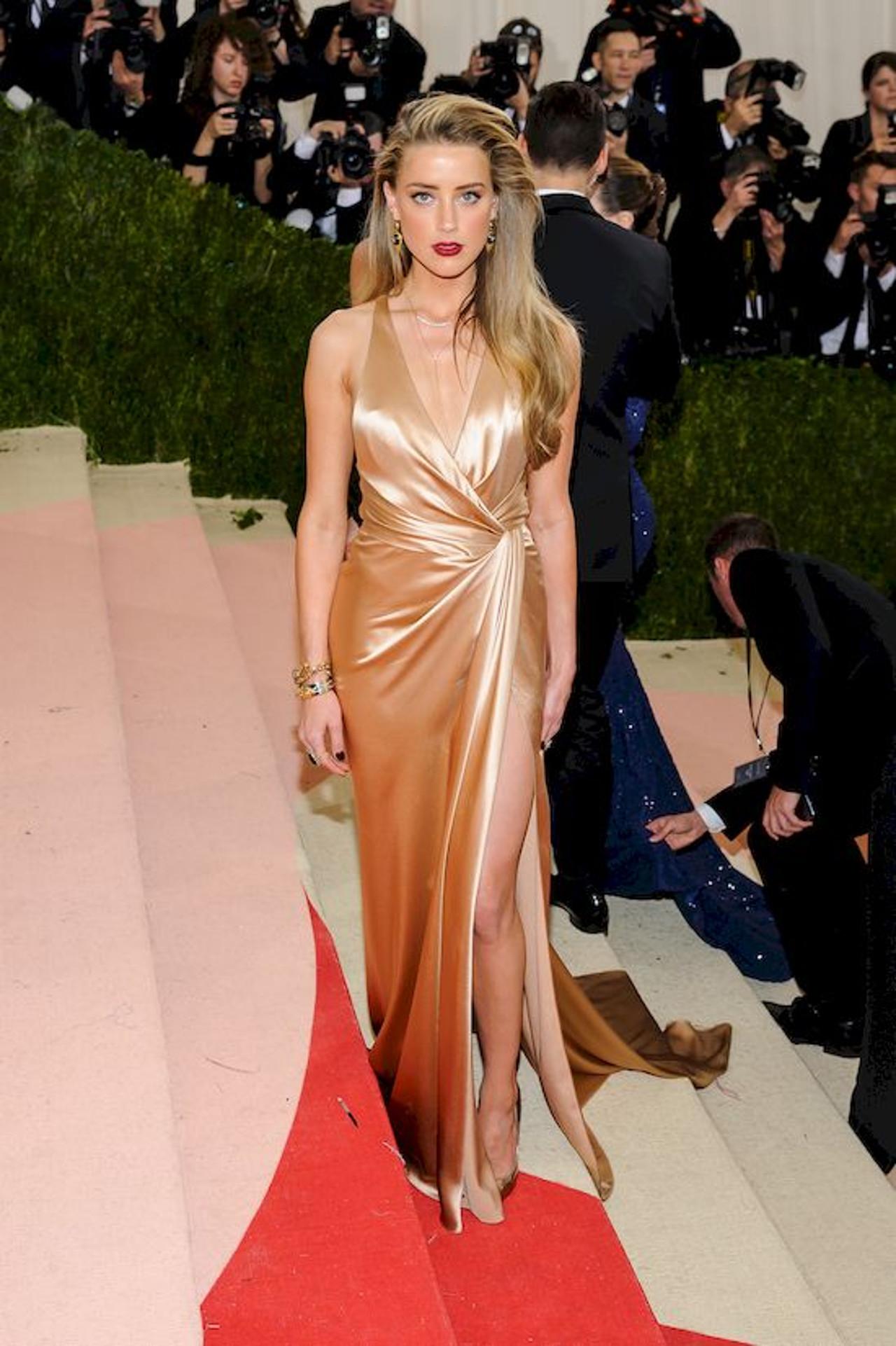 Amber Heard w złotej sukni na Met Gali.