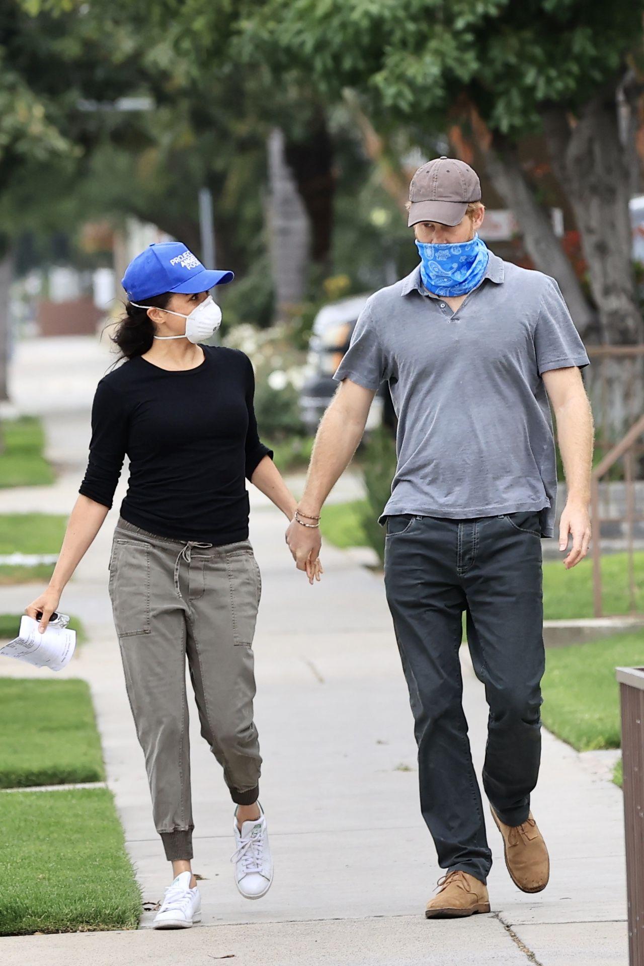 Meghan Markle i Książę Harry w maseczkach na twarzy.