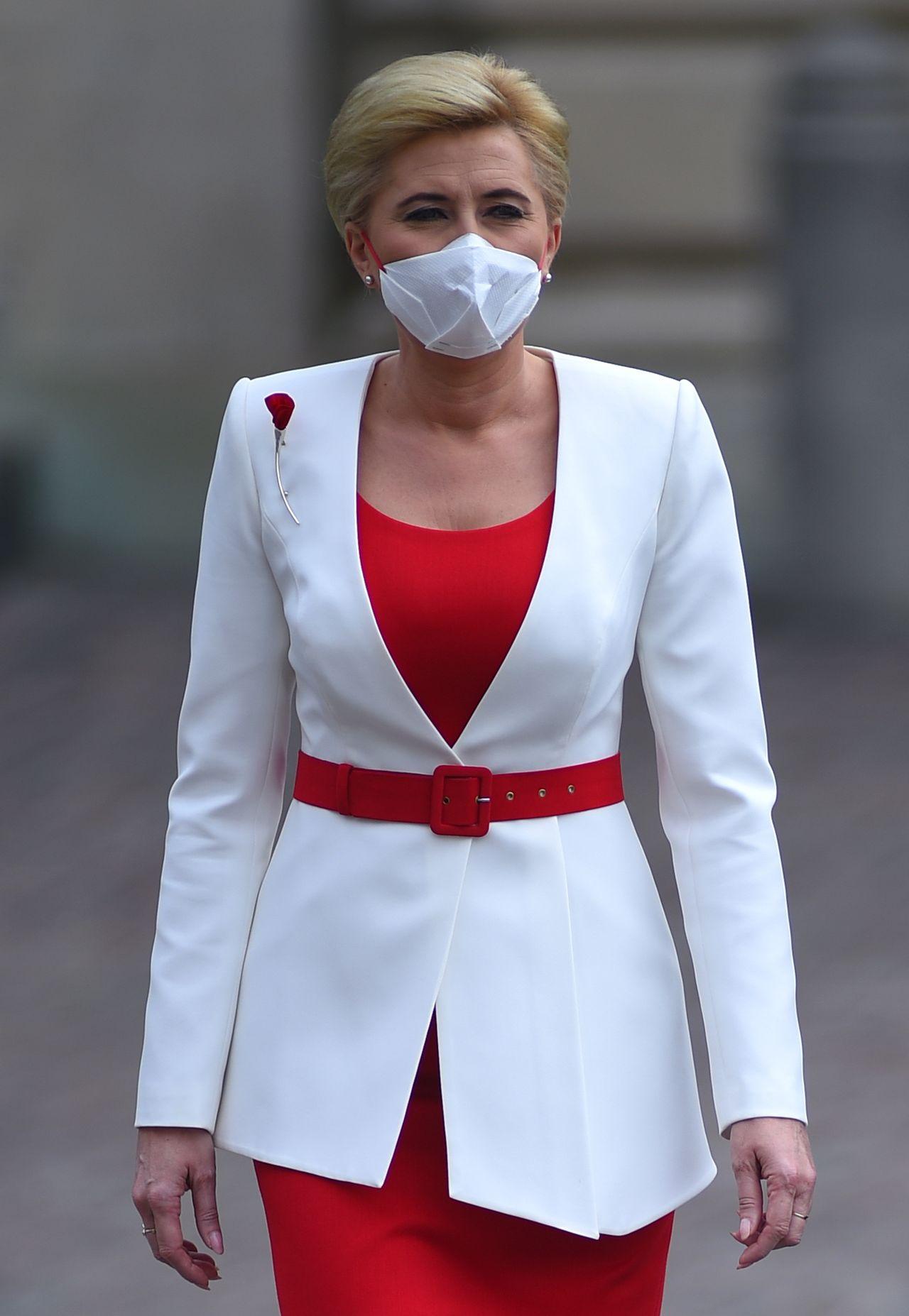 Agata Duda w biało-czerwonym stroju i maseczce w kolorach flagi (ZDJĘCIA)