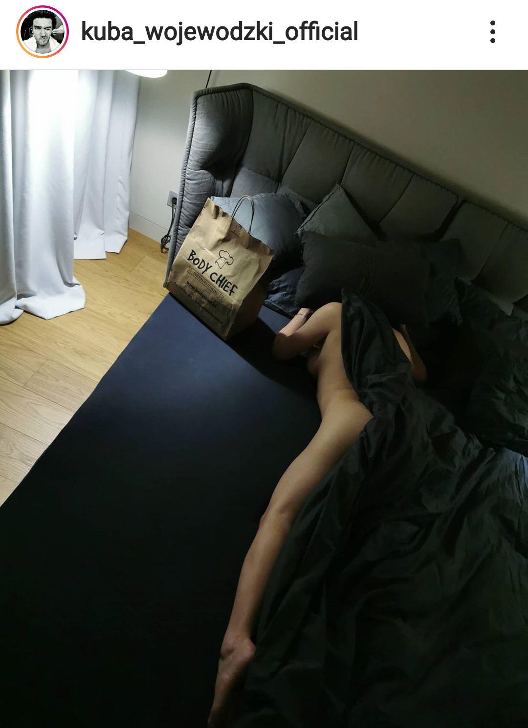 Kuba Wojewódzki wrzucił zdjęcie nagiej kobiety w łóżku, fani zgadują, że to Anna Mucha