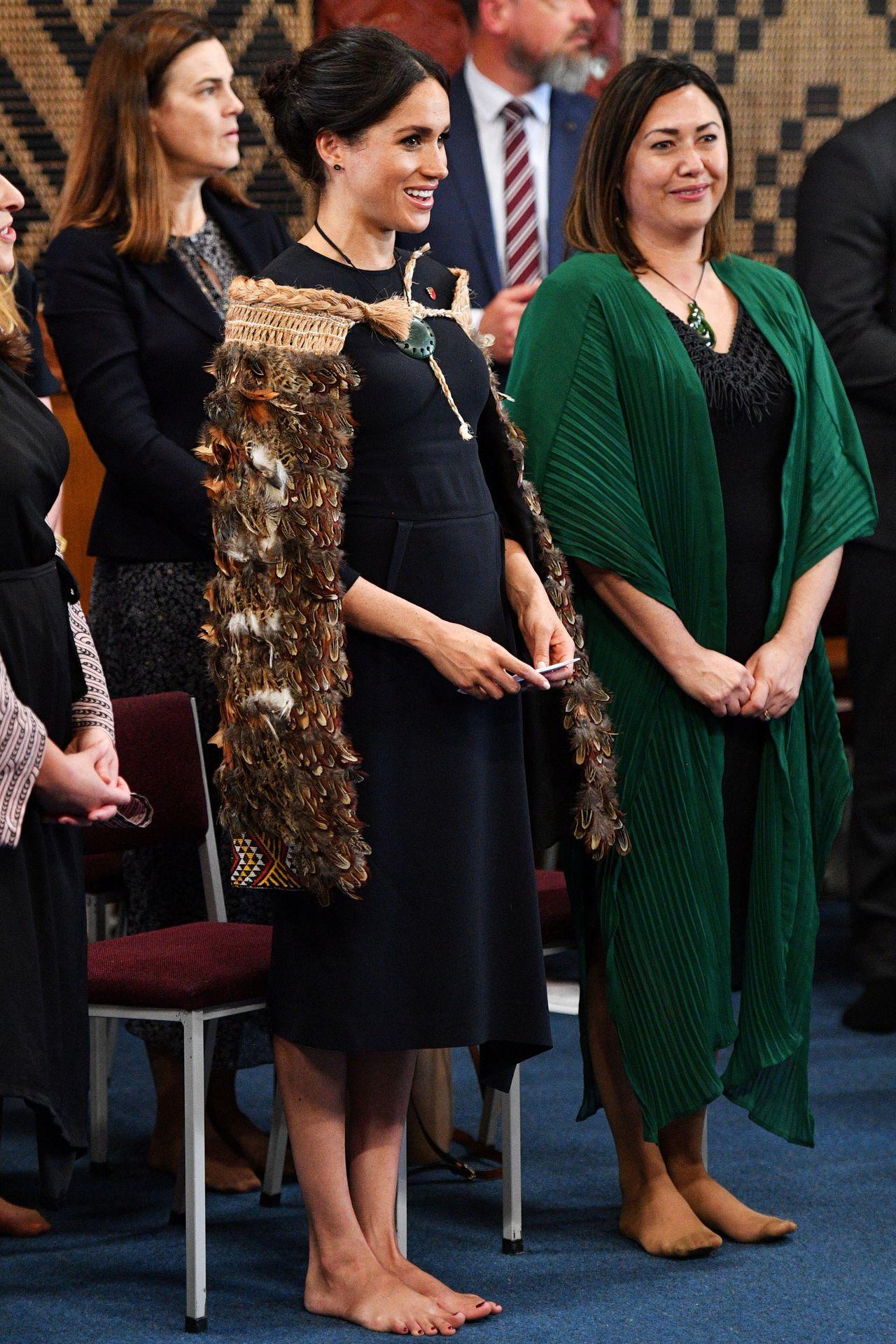 To jedno z nielicznych zdjęć, na których widać stopy Meghan Markle. Była księżna musiała zdjąć buty w czasie oficjalnej wizyty w Nowej Zelandii