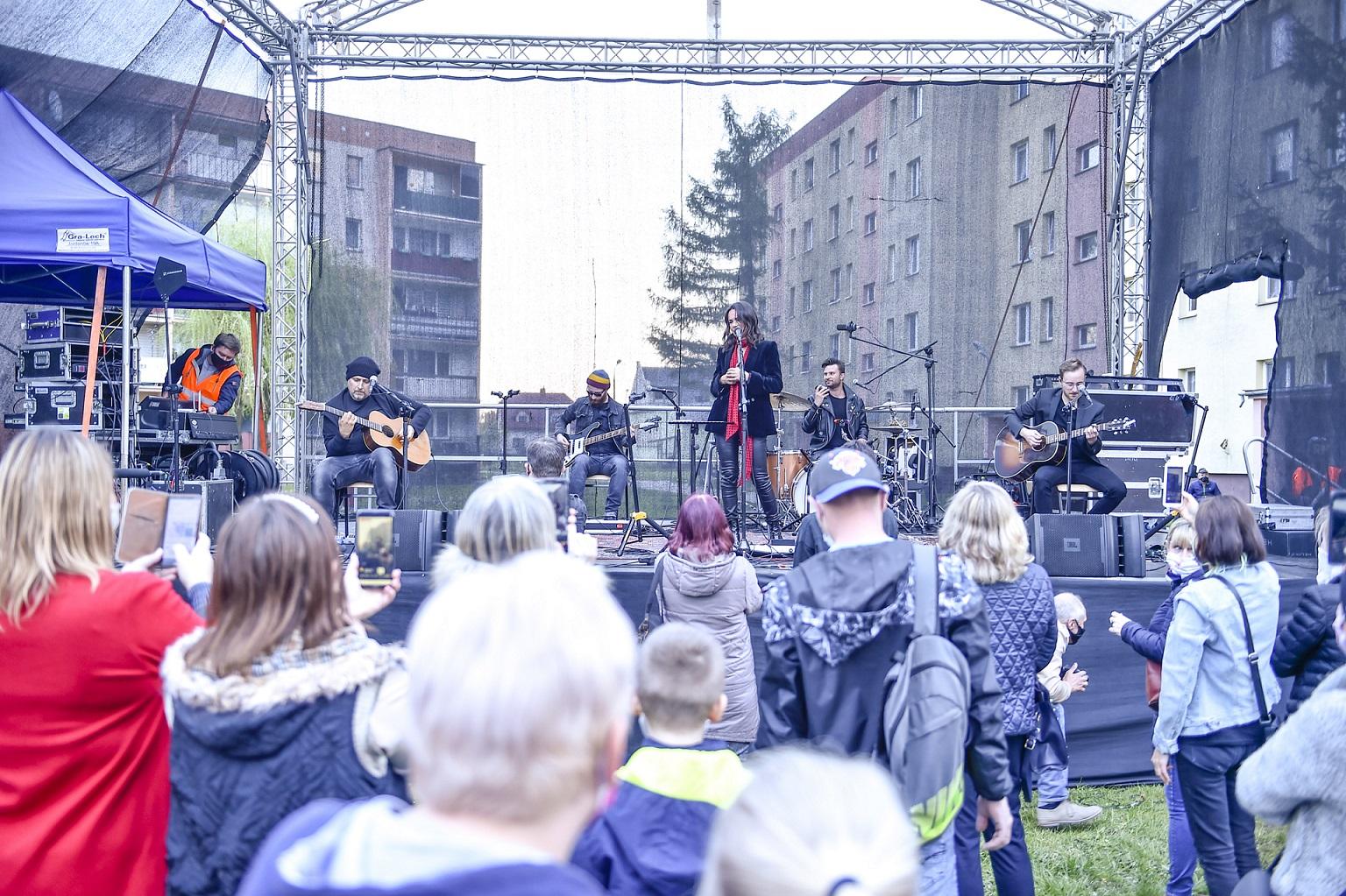 Koncertowanie w Ciechanowie w czasach pandemii koronawirusa, na scenie zagrała Kasia Kowalska.
