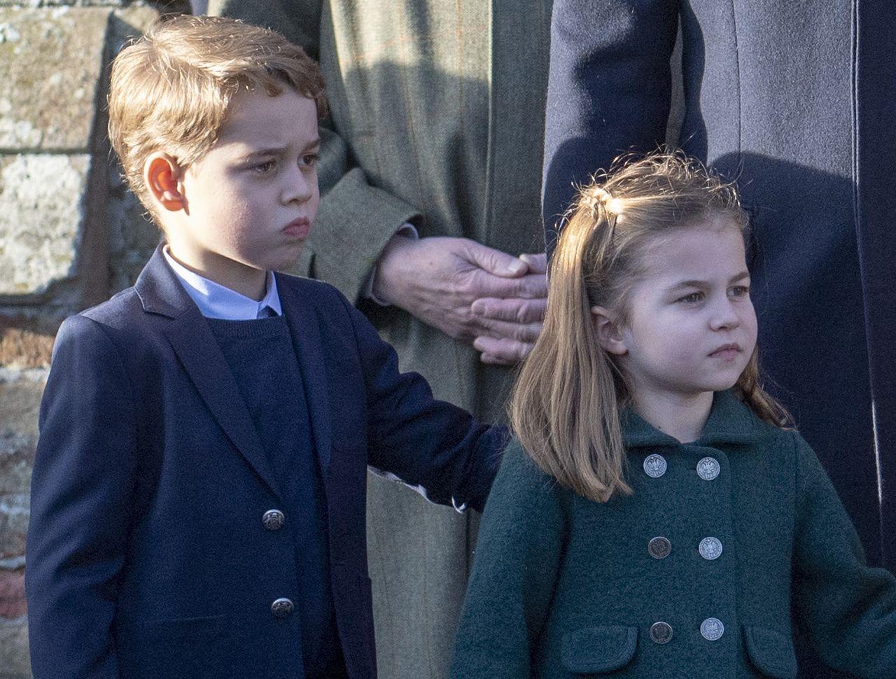Książę George, księżniczka Charlotte w płaszczykach na oficjalnym wystąpieniu.