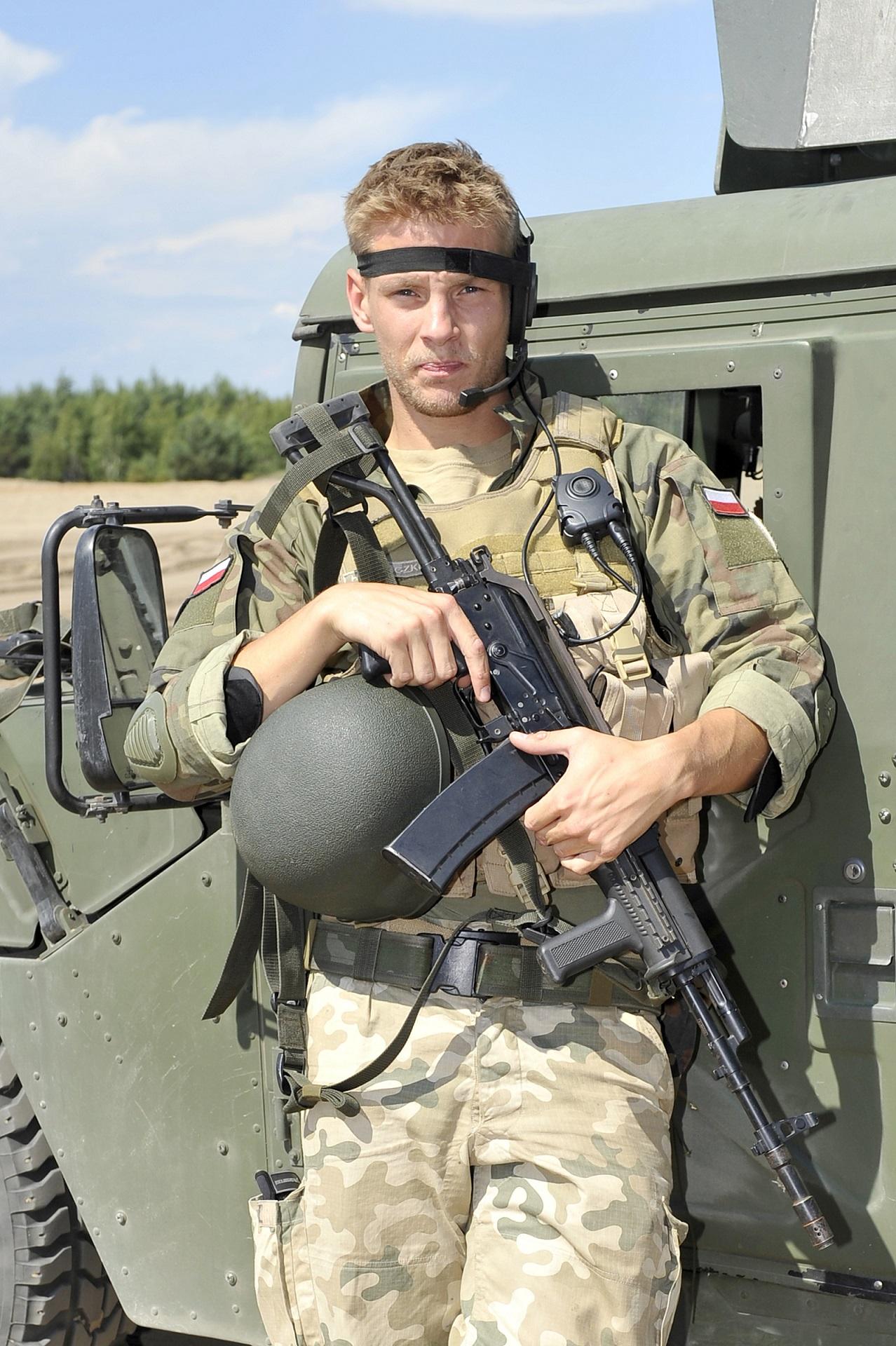 """Sebastian Fabijański na planie serialu """"Misja Afganistan""""."""