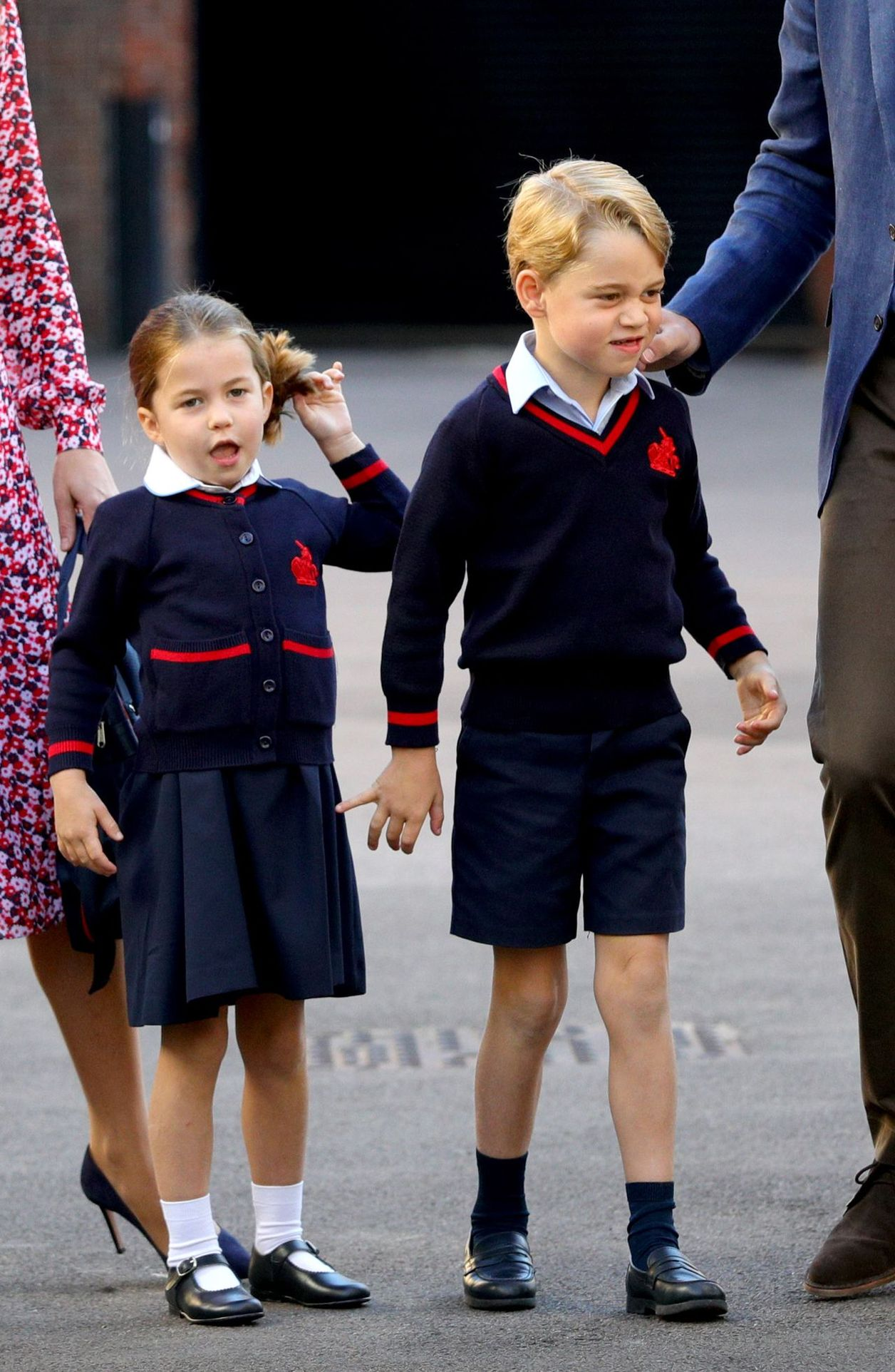 Księżniczka Charlotte i książę George w mundurkach szkolnych.