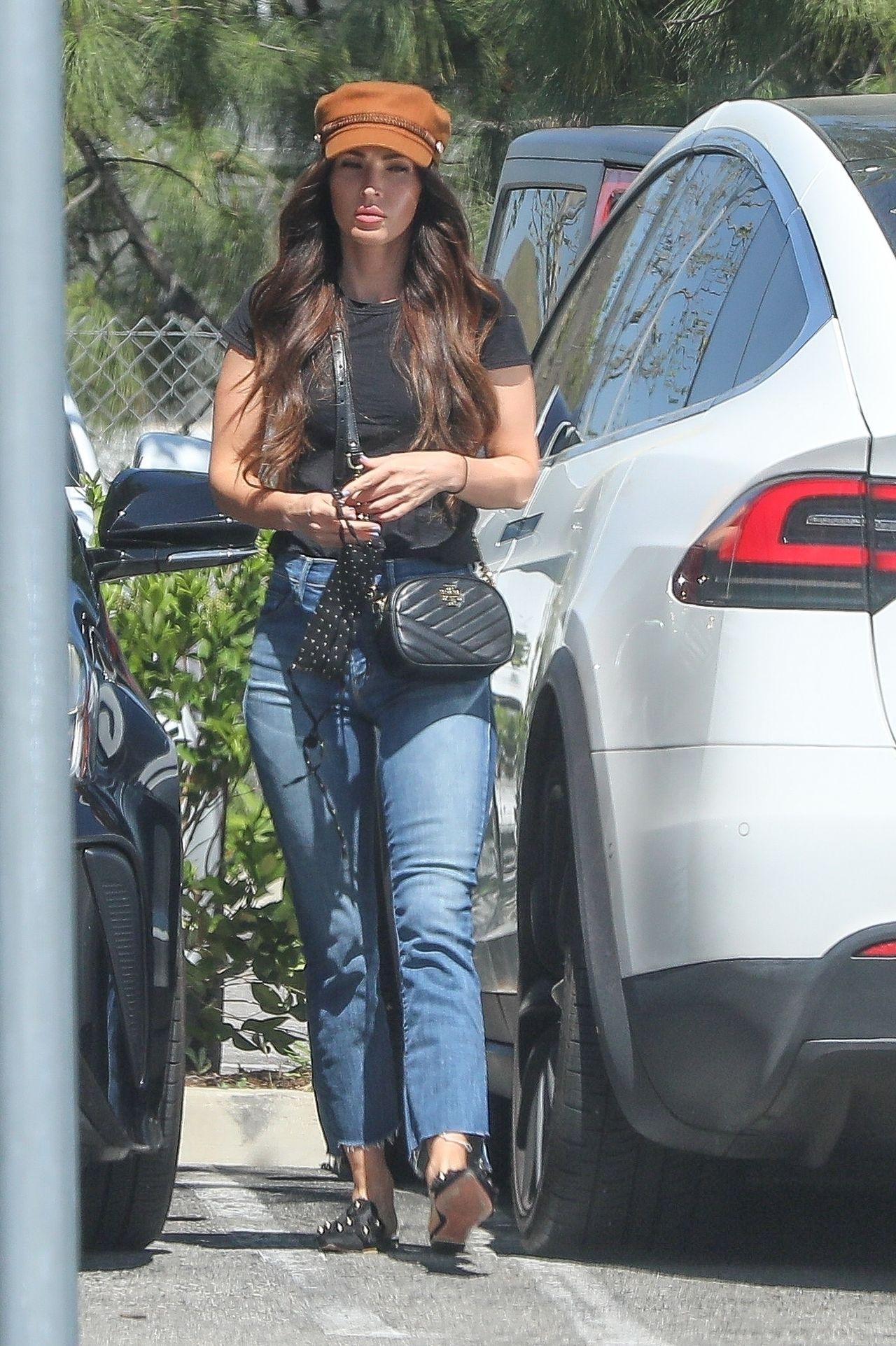 Megan Fox wysiada z samochodu
