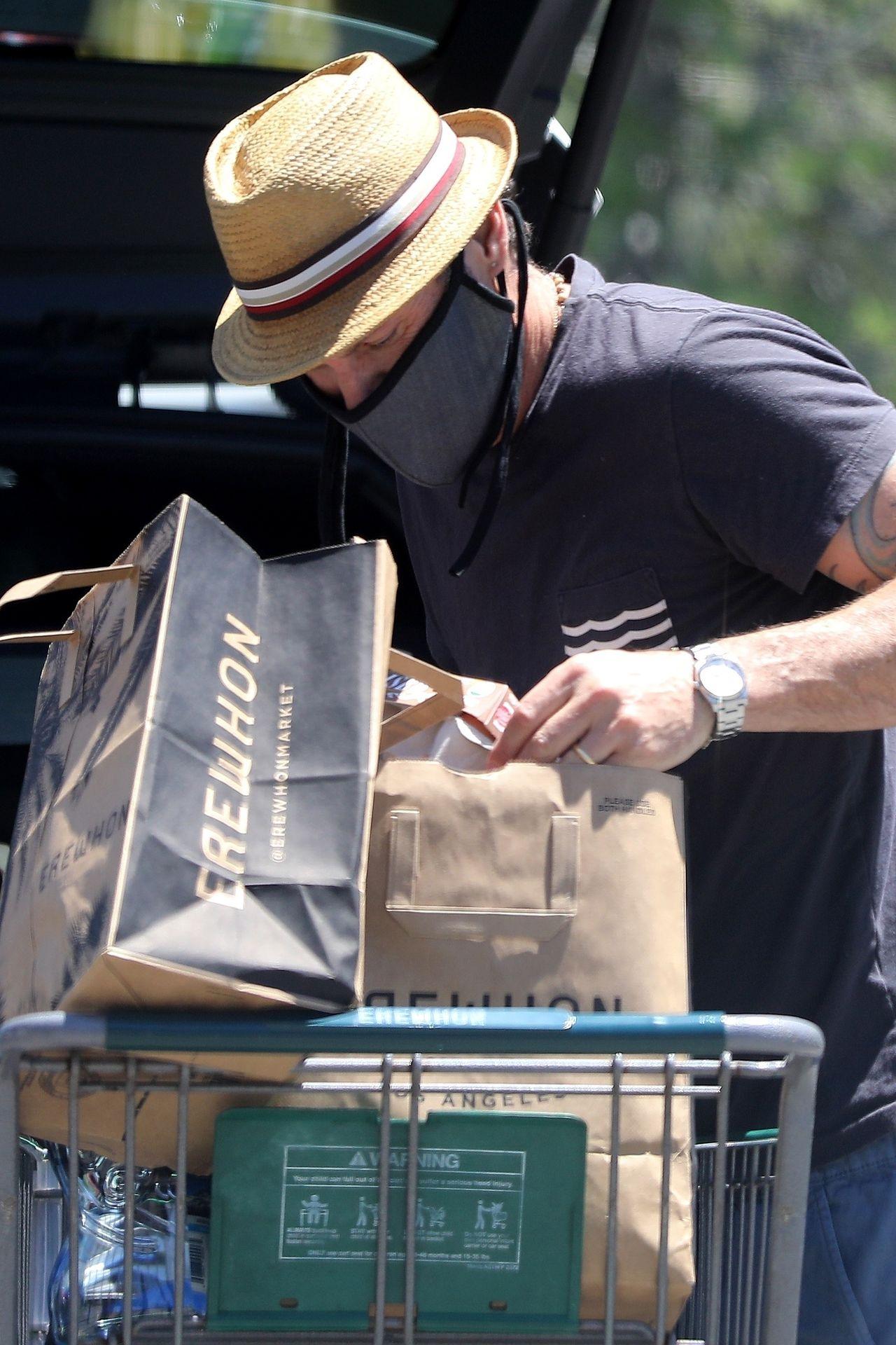 Brian Austin Green pakuje zakupy do koszyka