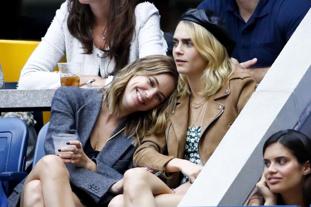 Ashley Benson i Cara Delevingne wyglądają na szczęśliwe, gdy spędzają czas na meczu.