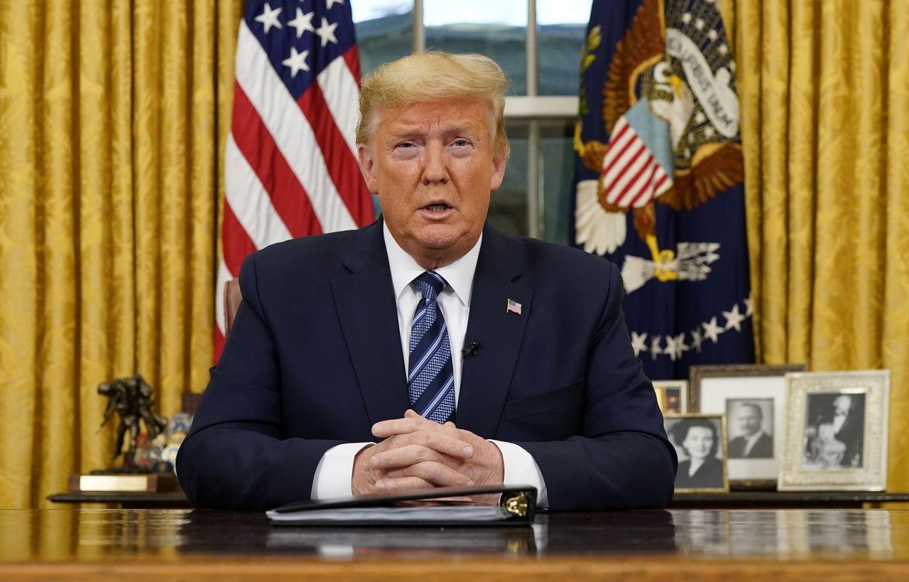 Prezydent Donald Trump na tle flagi Stanów Zjednoczonych