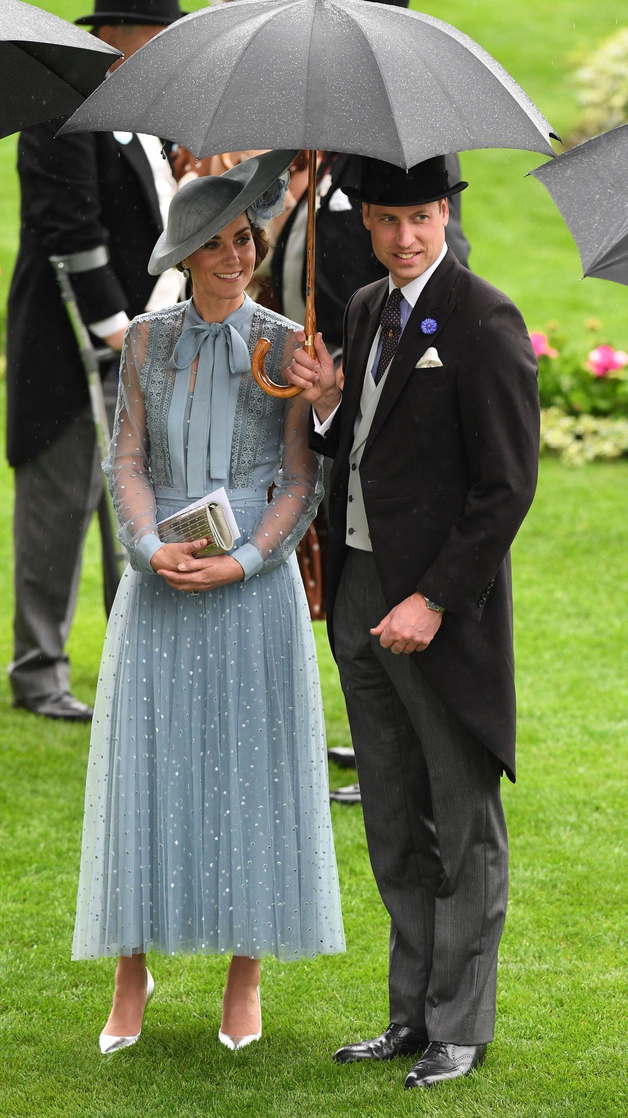 Elegancka księżna Kate i książę William pod parasolką.