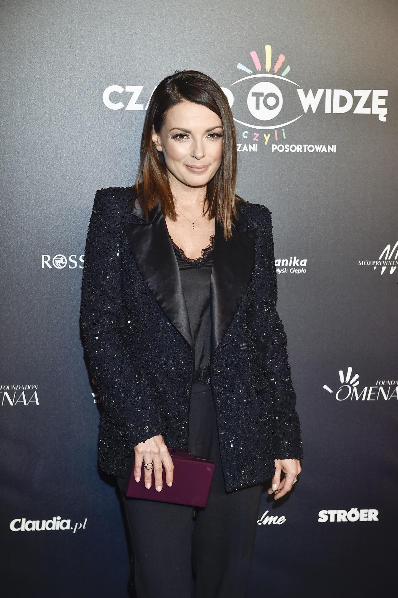 Katarzyna Glinka w eleganckim, czarnym garniturze.