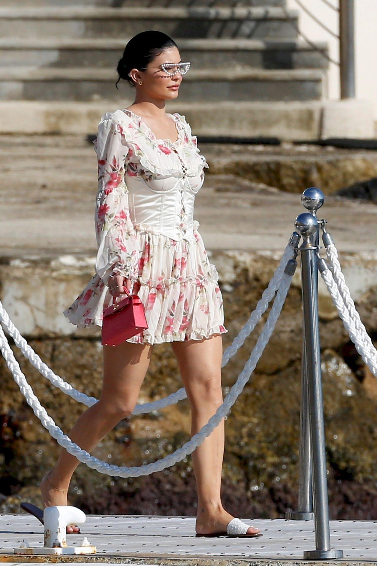 Kylie Jenner w sukience w kwiatki
