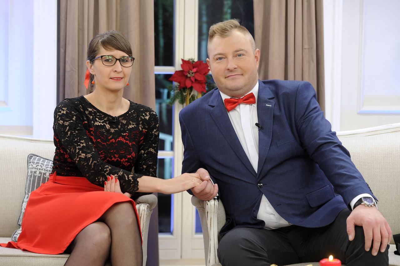 """Łukasz Sędrowski, Agata Rusak na planie świątecznego odcinka """"Rolnik szuka żony""""."""