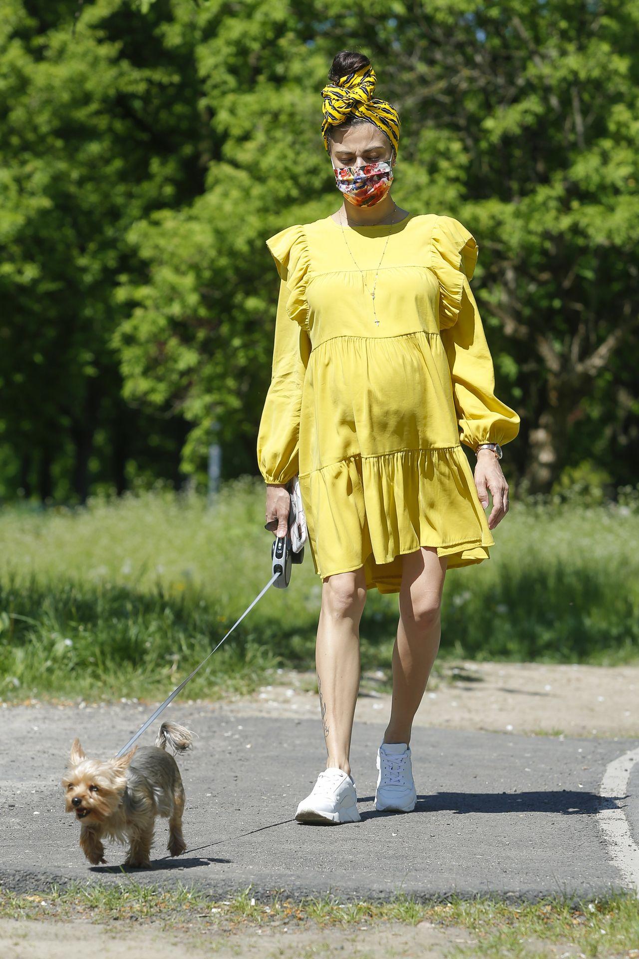 Maja Hyży w ciążowej sukience wyszła na spacer z psem