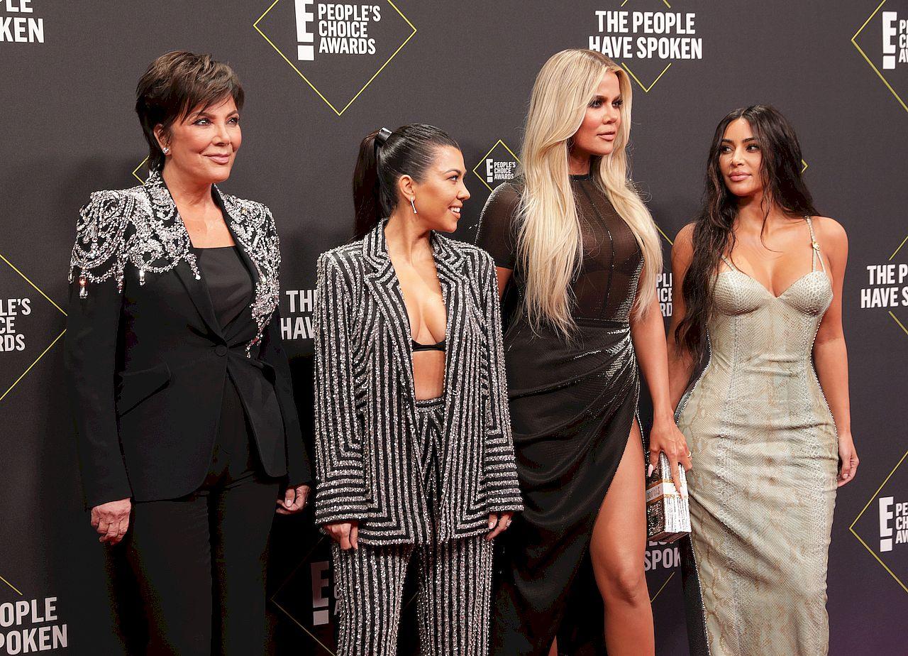 Rodzina Kardashian-Jenner na ściance.