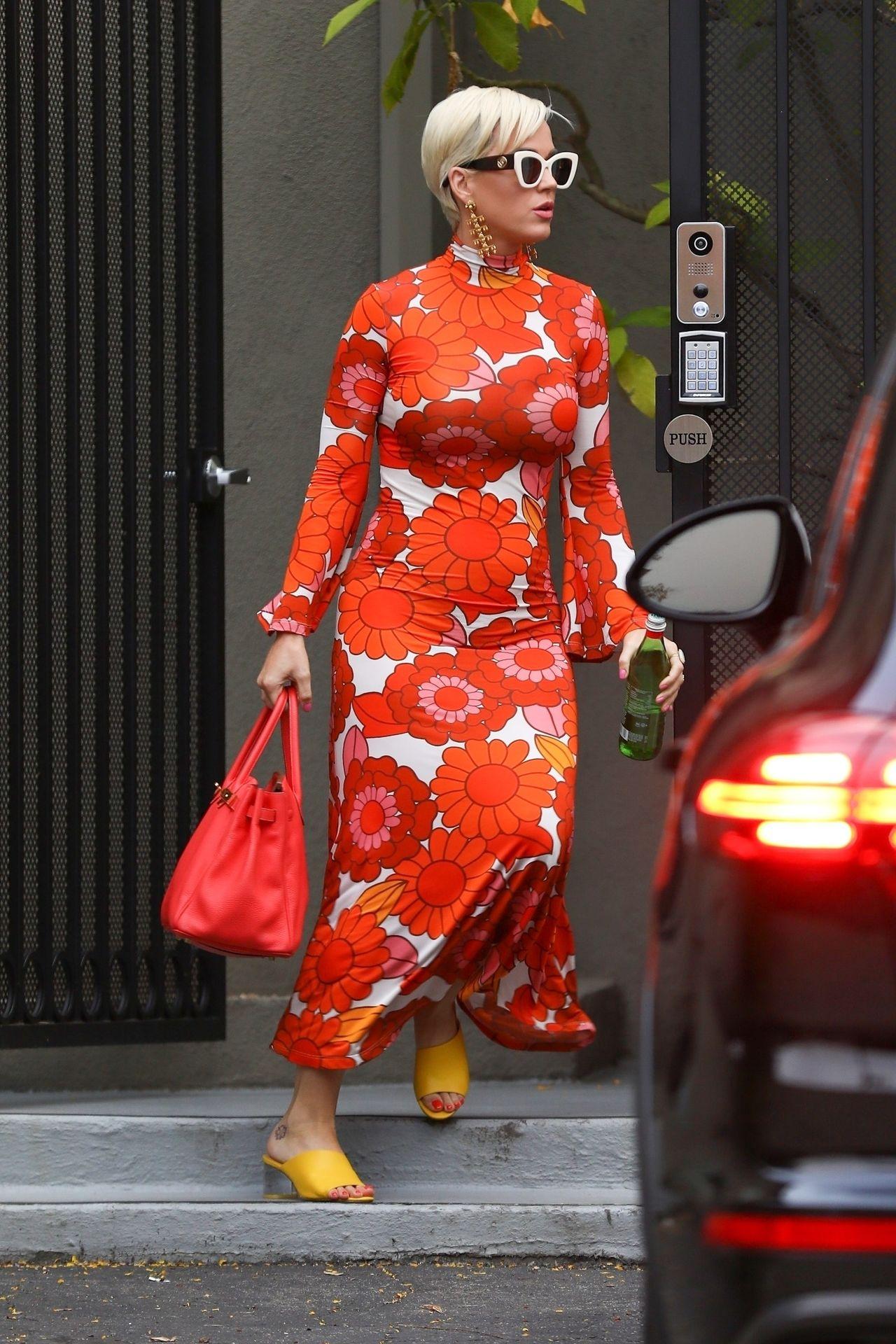 Katy Perry w wzorzystej sukience maxi spaceruje po Los Angeles.