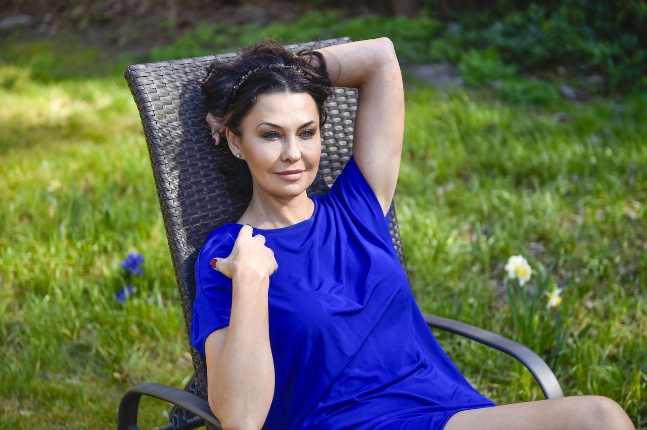 Anna Popek w ogrodzie swej siostry, Magdy w Podkowie Leśnej