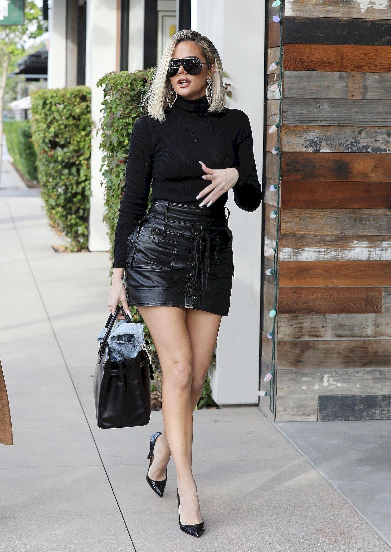 Khloe Kardashian pokazała długie i szczupłe nogi w krótkiej mini.