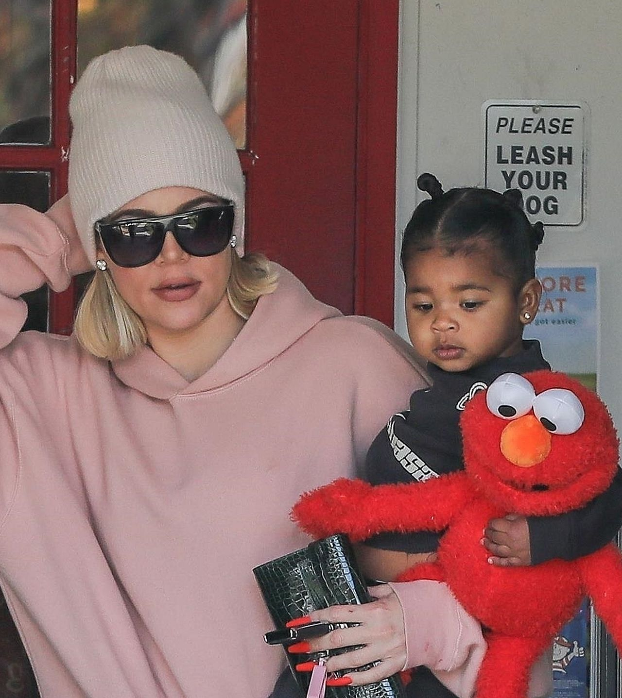 Khloe Kardashian z córką True na rękach.