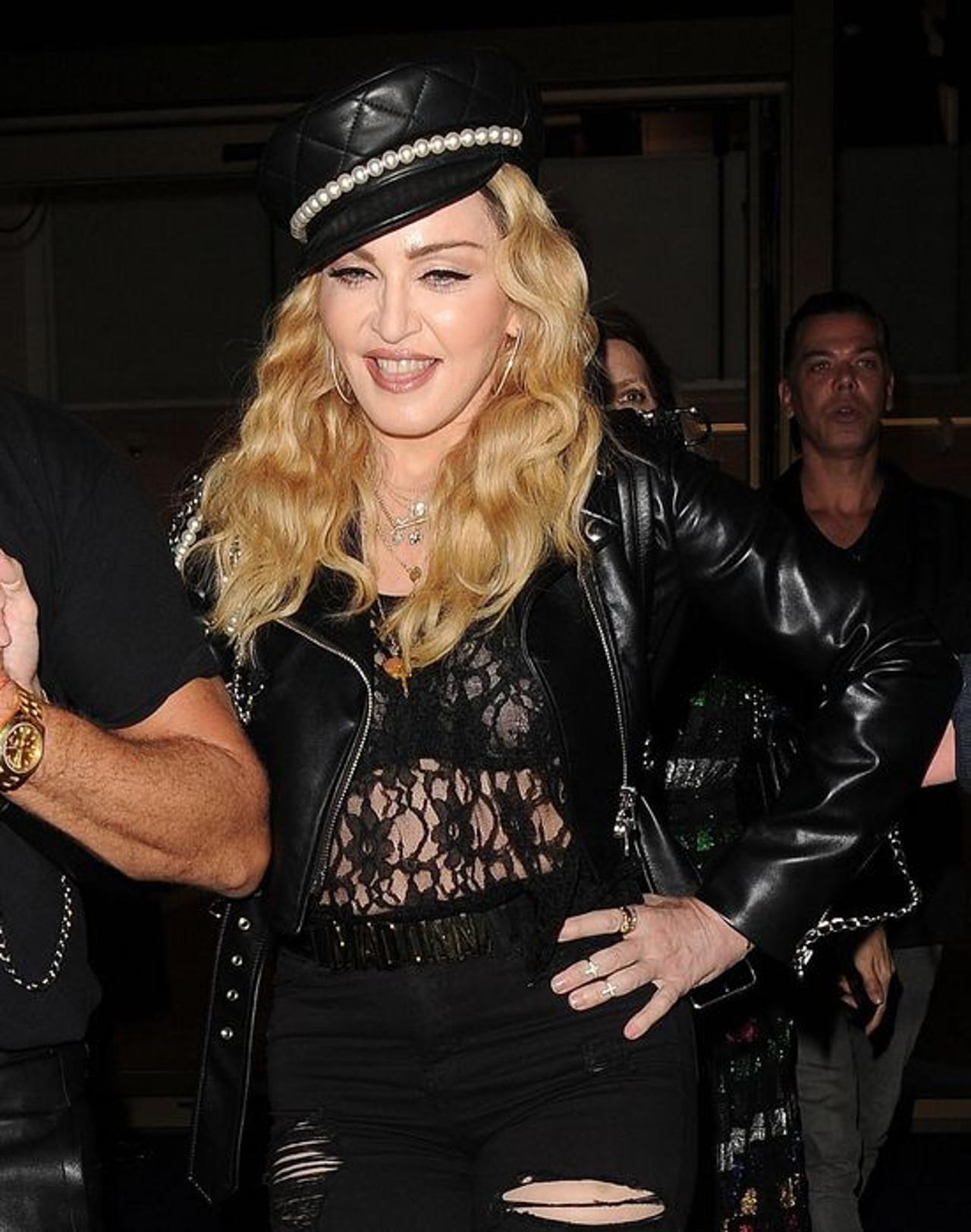 Madonna  w imprezowym nastroju uśmiecha się do fotoreporterów.