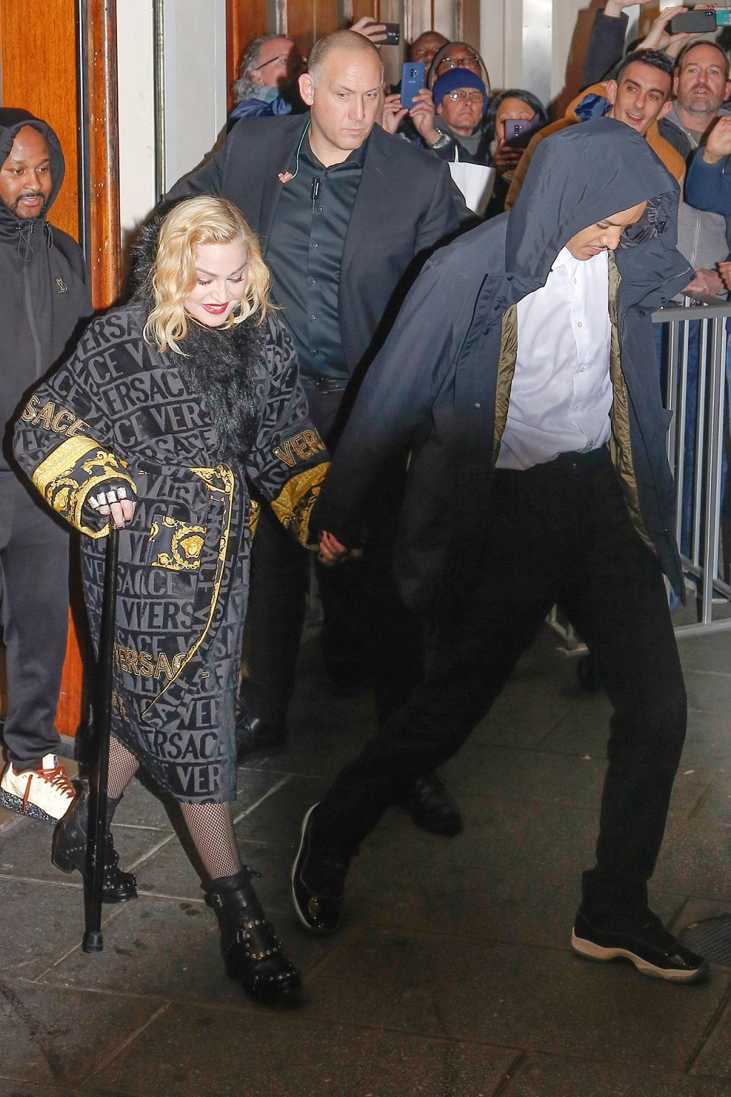 Madonna wychodzi z hotelu ze swoim kochaniem.