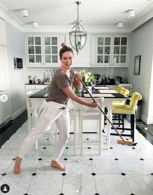 Zosia Ślotała sprząta kuchnię, fot. Instagram