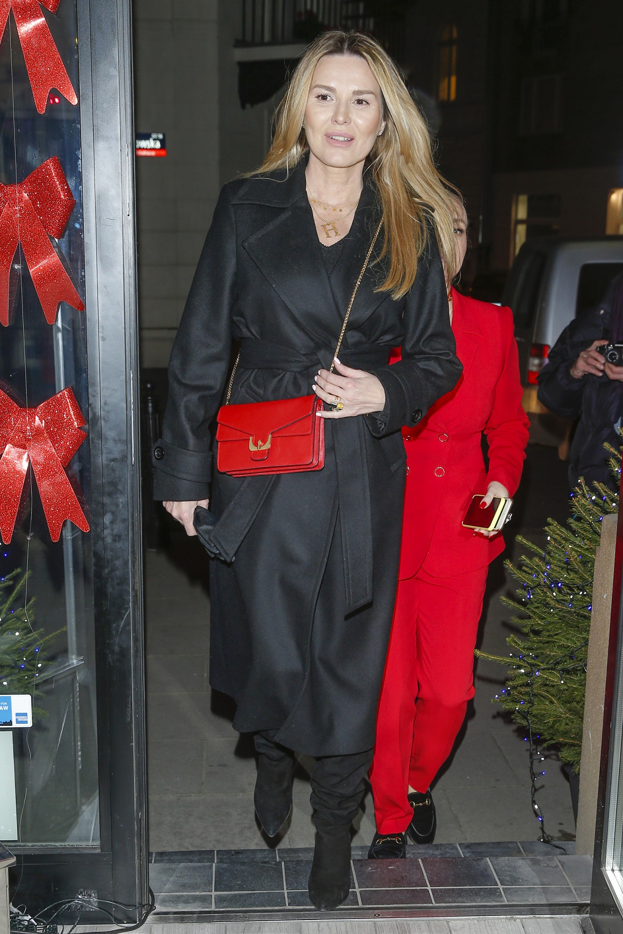Hanna Lis w czarnym płaszczu idzie na imprezę branżową.