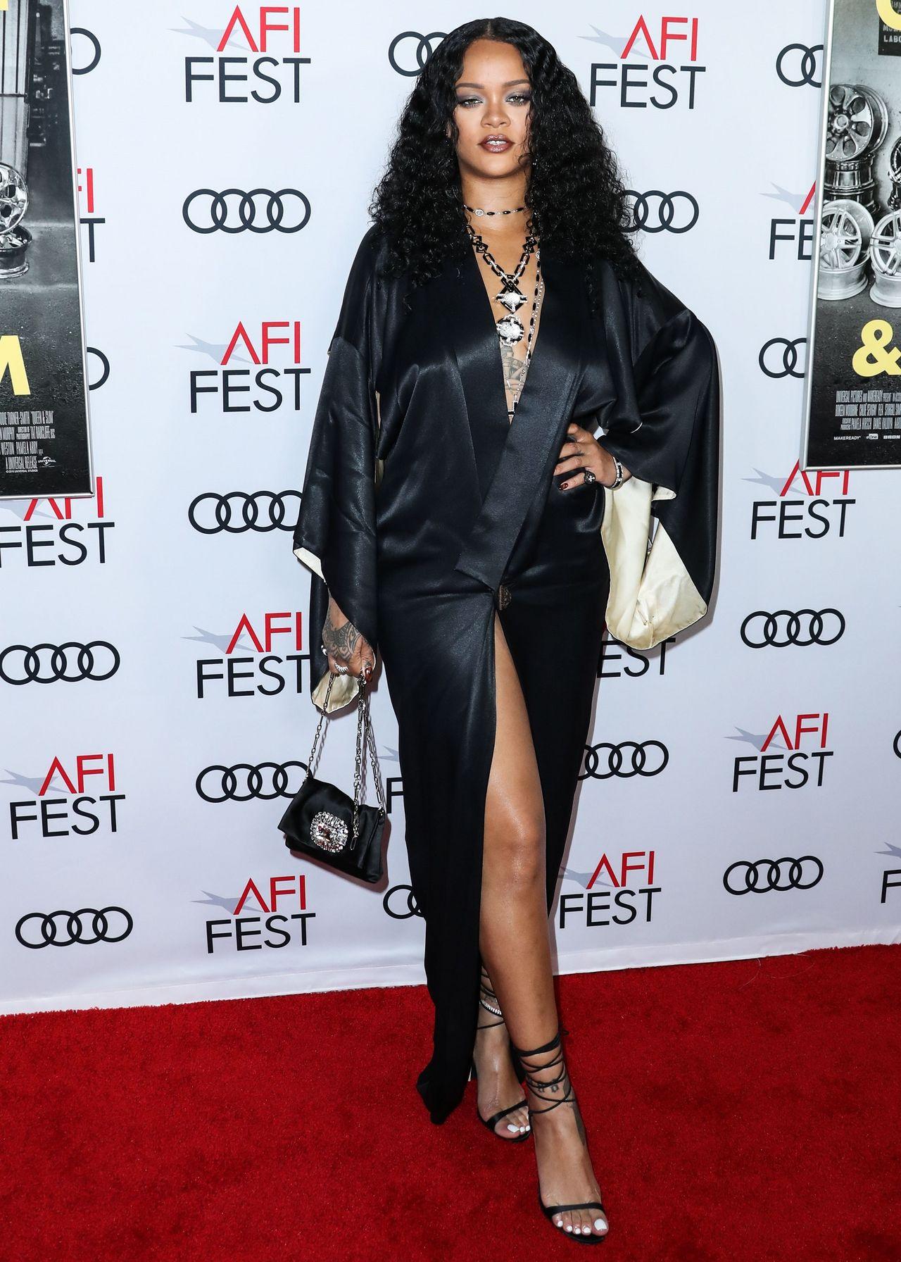 Elegancka Rihanna w satynowej sukni na czerwonym dywanie.