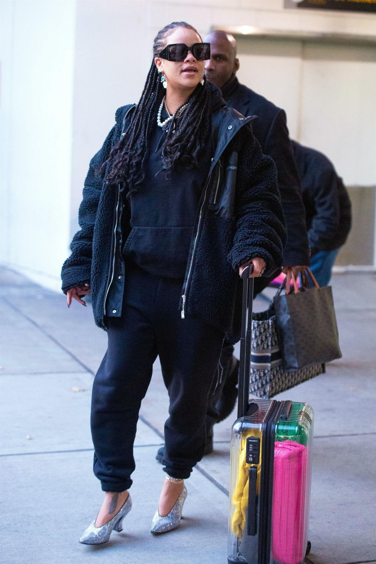 Rihanna przyłapana przez fotoreporterów na lotnisku - na co dzień wybiera wygodne zestawy.