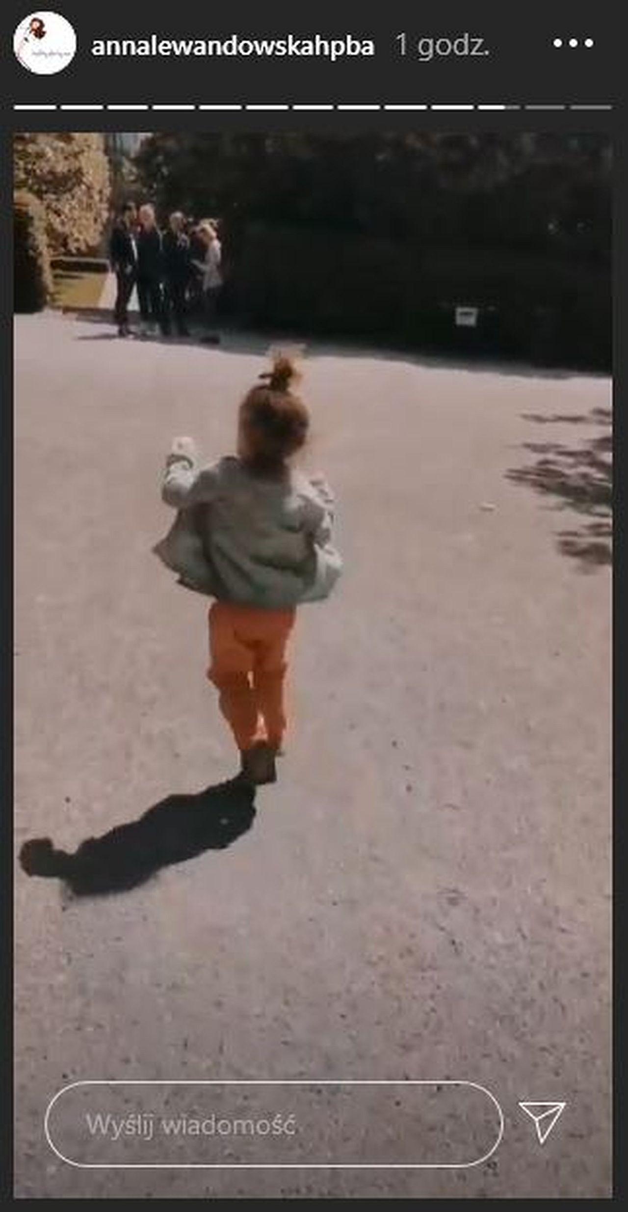 Klara Lewandowska na spacerze