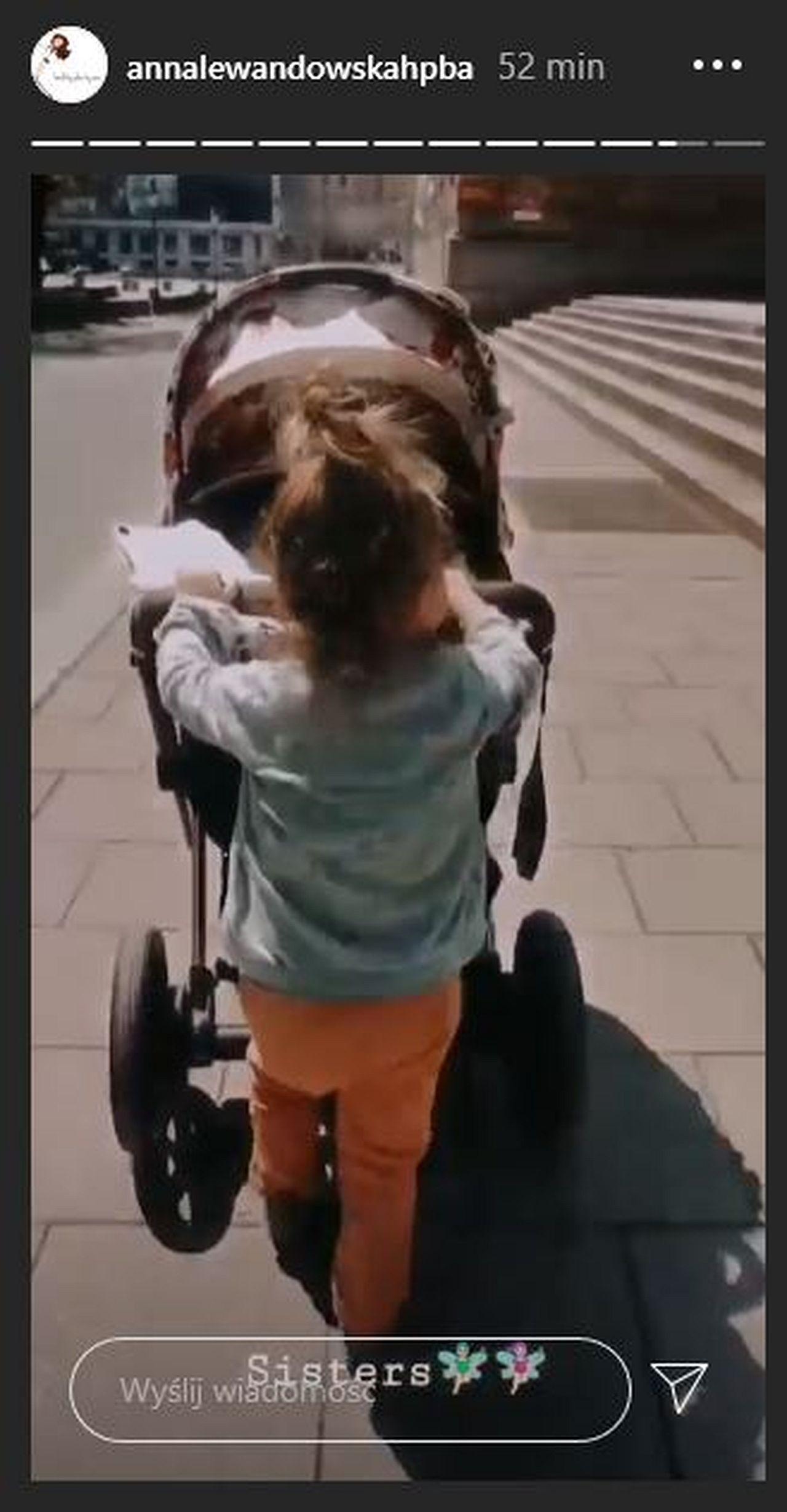 Klara Lewandowska prowadzi wózek z siostrą