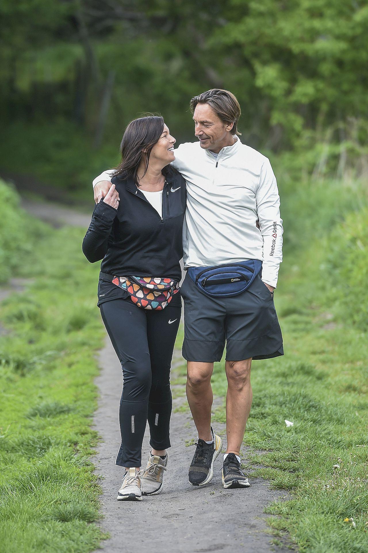 Ilona Felicjańska i Paul Montana obejmują się podczas spaceru