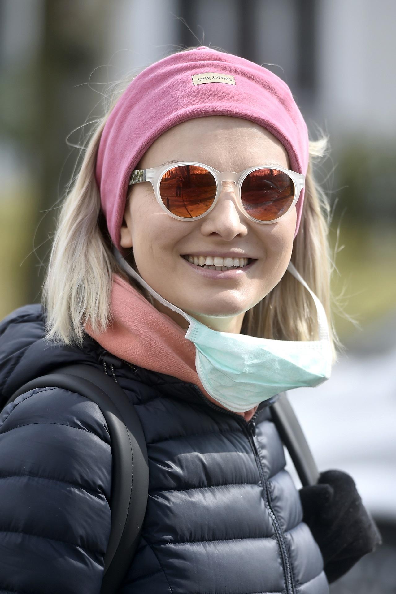 Joanna Moro uśmiecha się do fotoreporterów - maseczkę zjedła z twarzy.