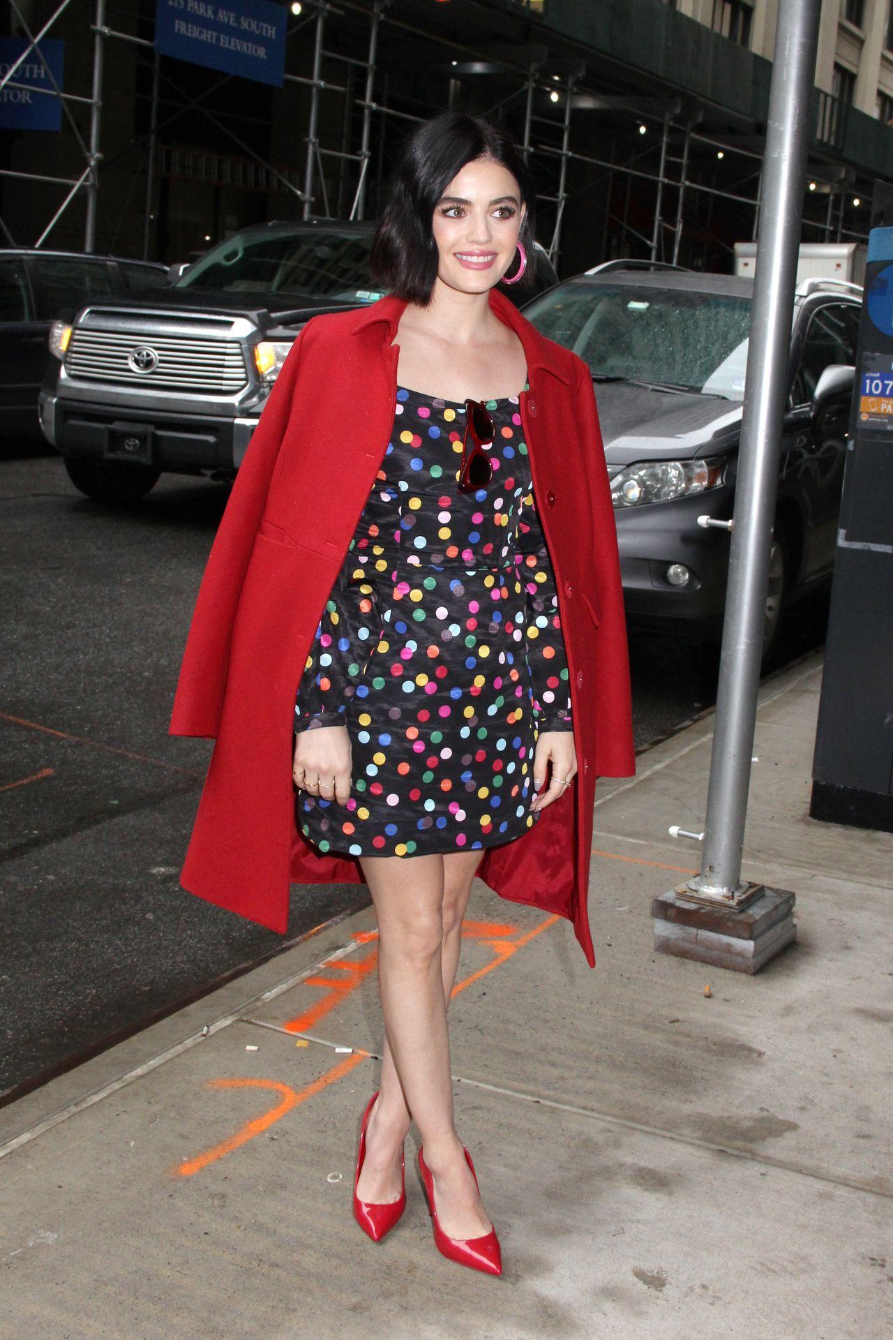 Lucy Hale w czerwonym płaszczu
