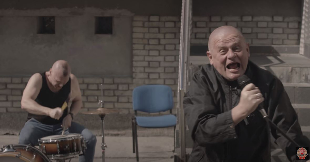 """Kazik Staszewski w klipie """"Twój bol jest lepszy niż mój"""""""