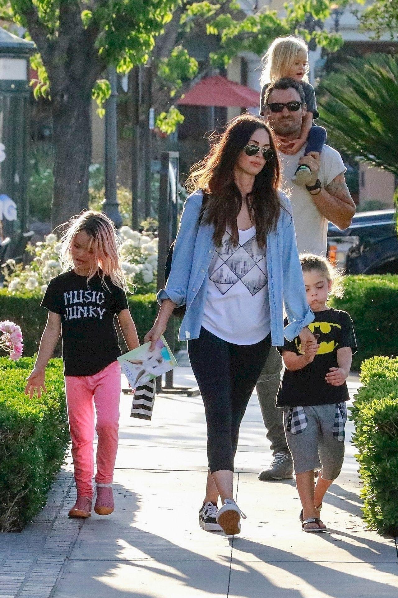 Megan Fox i Brian Austin Green z synami na spacerze