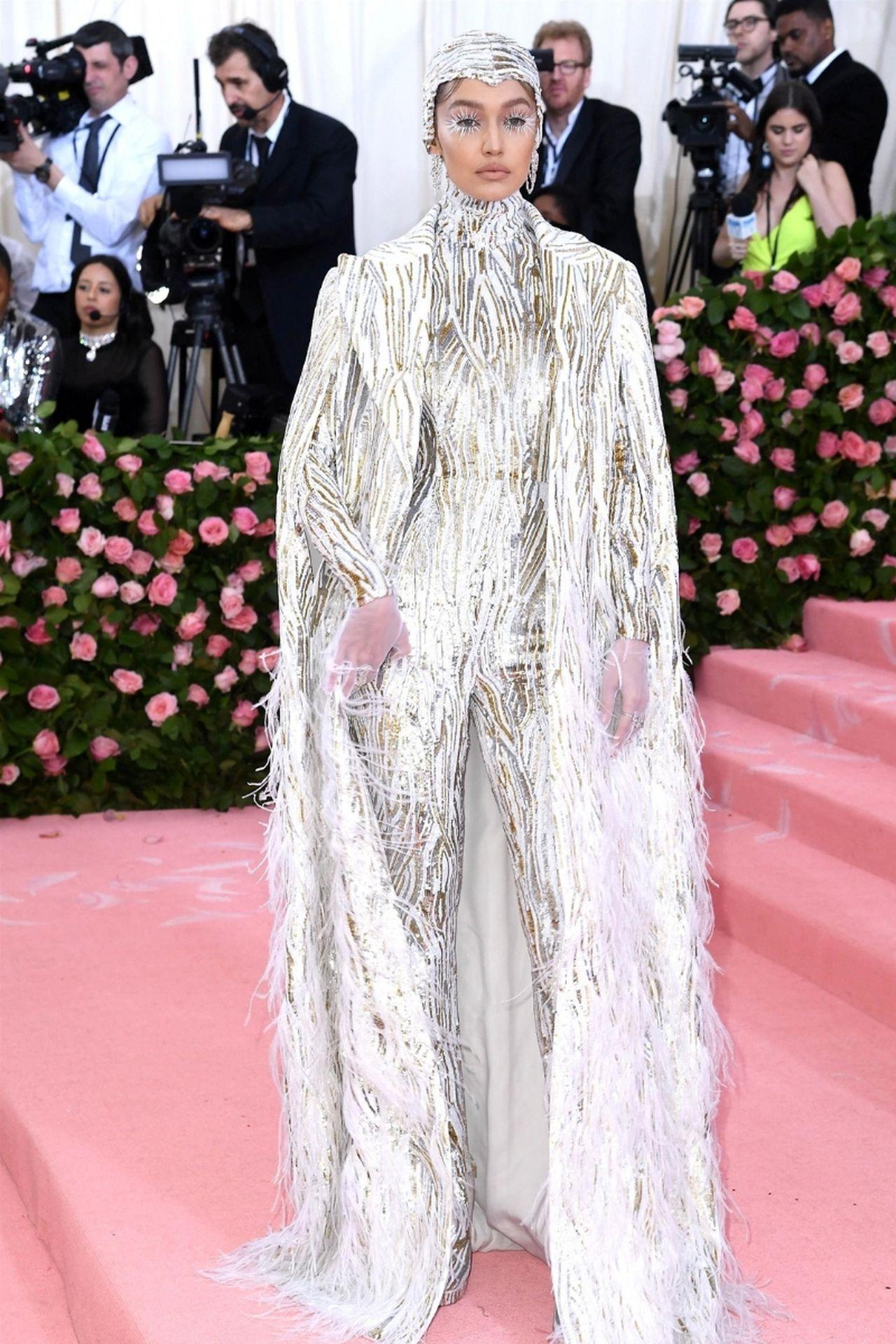 Gigi Hadid na różowym dywanie.